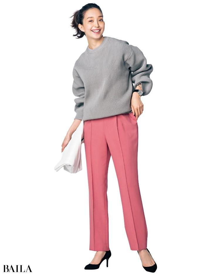 可愛いピンクを大人に見せる黒パンプスとライトグレーのざっくりニットで鮮度よく。