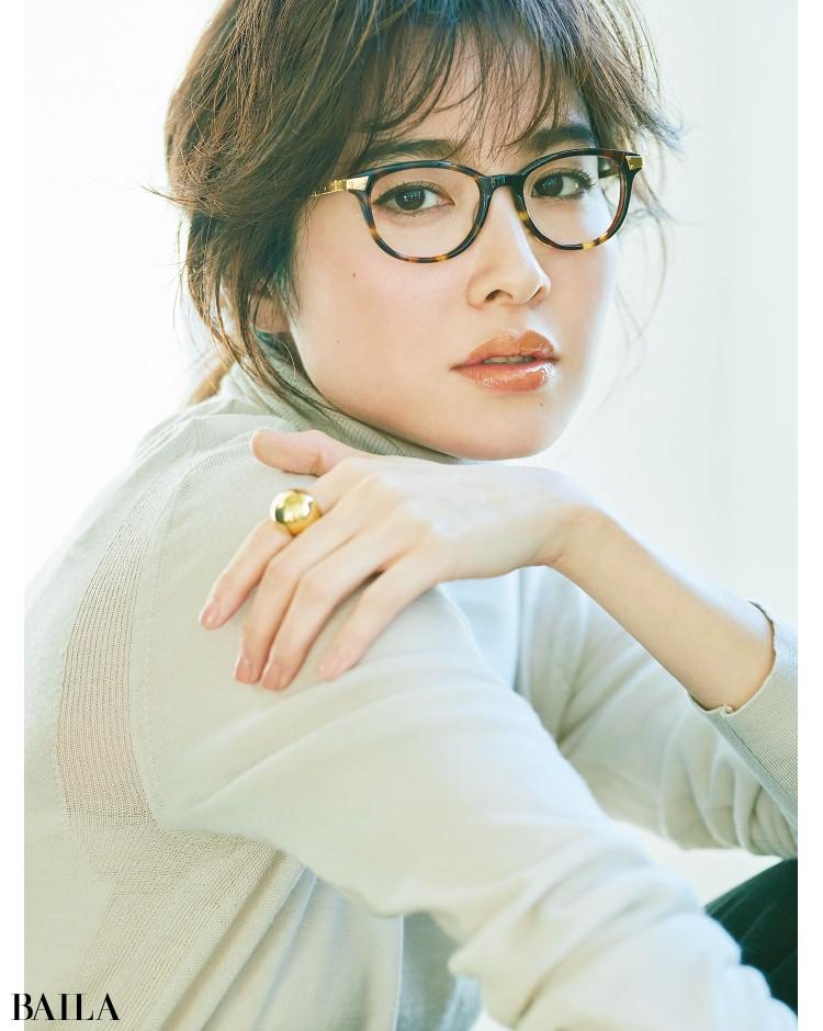 ウェリントン型のメガネをかけた絵美里