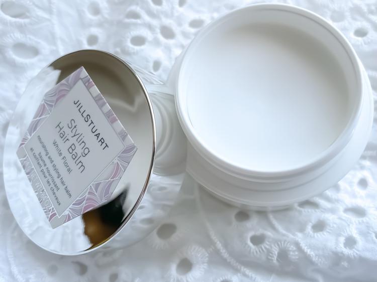 開けた瞬間にふんわり香る純白のヘアバーム。