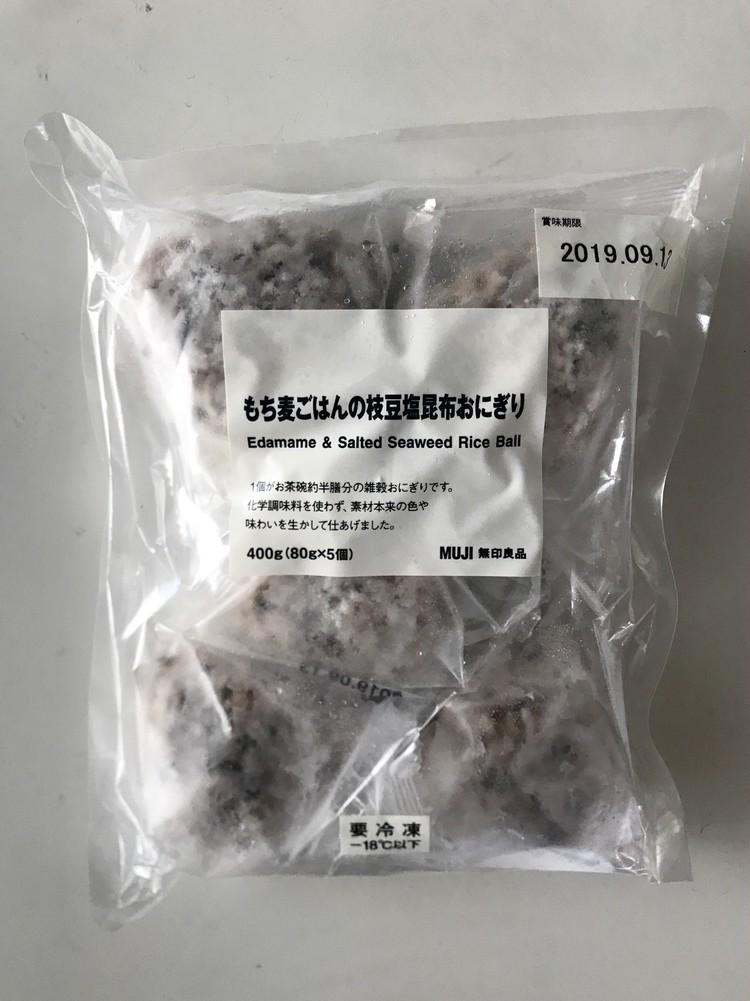 無印良品の冷凍食品(もち麦ごはんの枝豆塩昆布おにぎり)