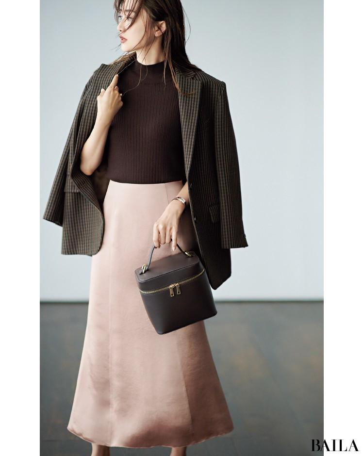 ブラウンジャケットとピンクのスカートで甘さ控えめのフェミニンに