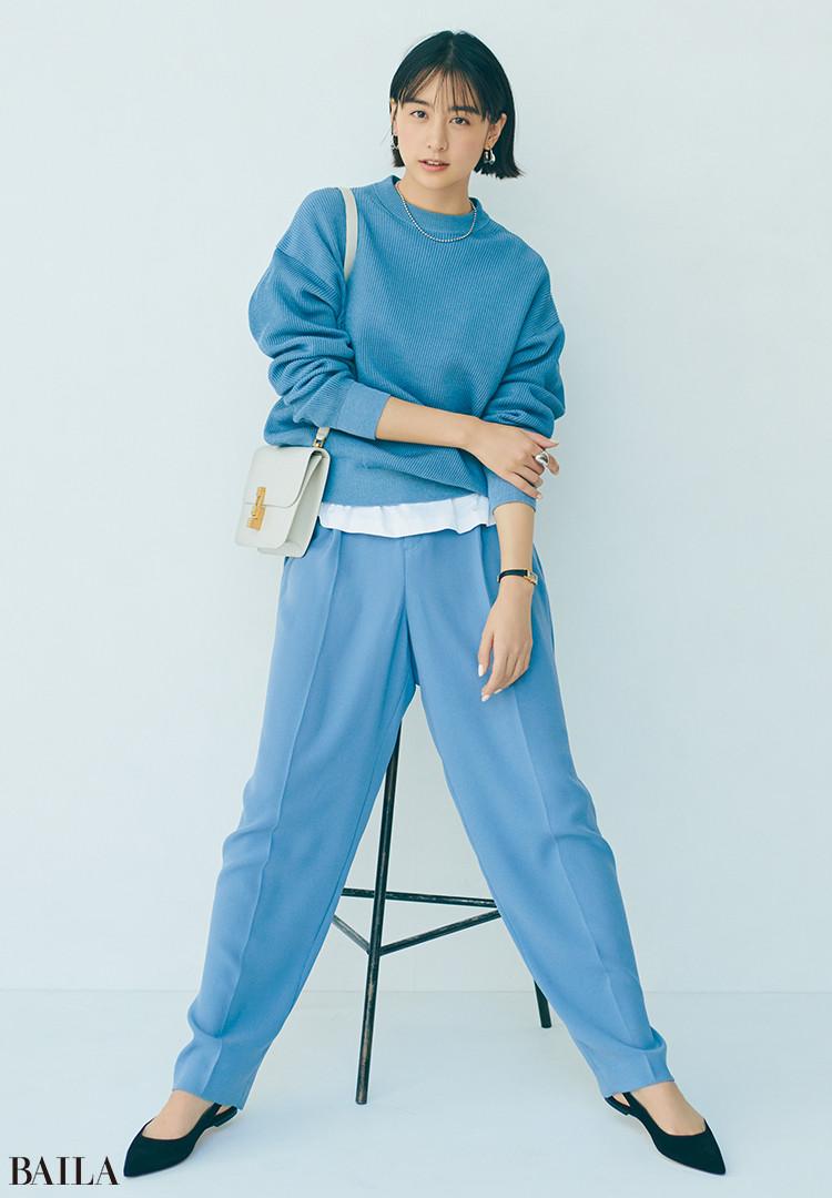 【山本美月】センタープレスのパンツは無理なくこなれるくすみブルーが味方