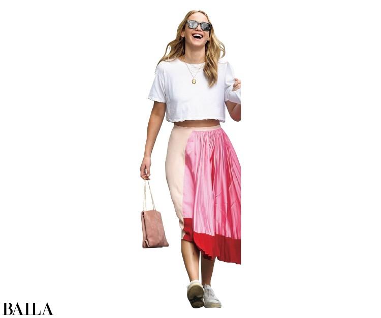 短め丈のTシャツ×ピンクのボリュームスカートが好バランス。