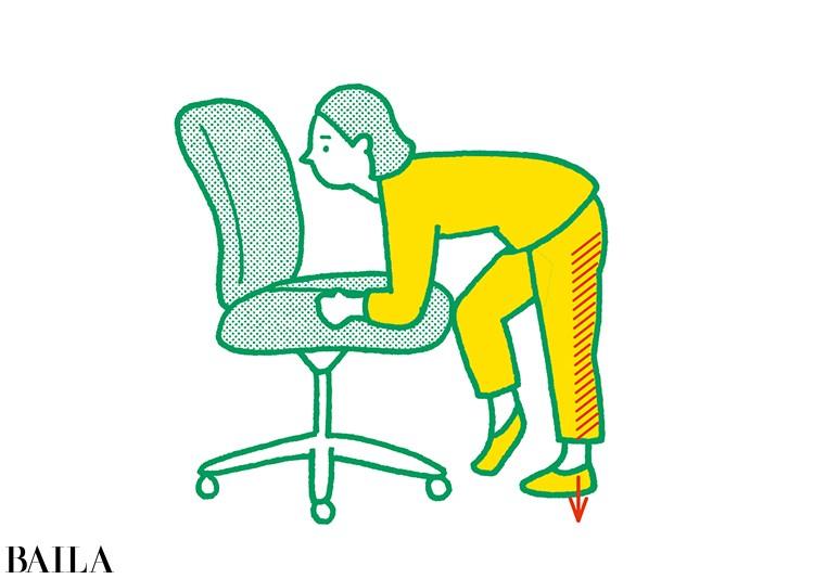 【脚裏伸ばしダイエット】3 伸ばしたほうの脚に体重をかけながらその場で足踏み