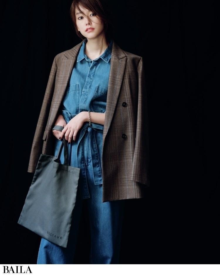 アンクレイヴのトートバッグを持つ桐谷美玲