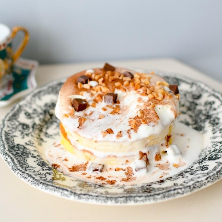 セブンイレブンのおすすめスイーツ「7プレミアム とろーりクリームのパンケーキ(チョコ)」は、電子レンジで2分加熱するだけで完成