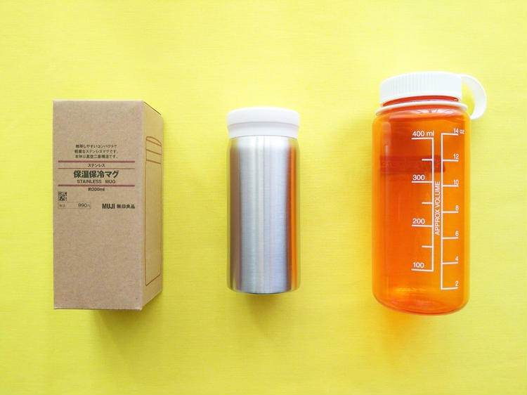 箱や大きい水筒と並べたステンレス保温保冷マグ