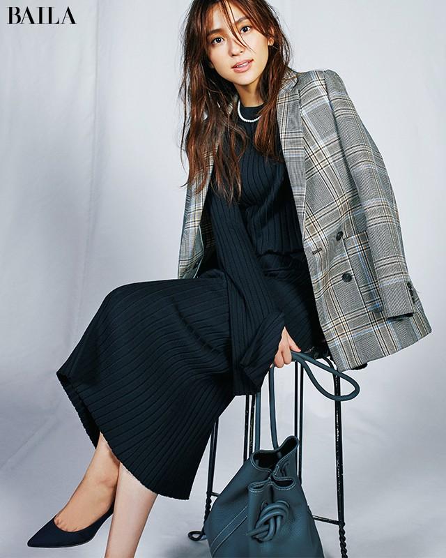 【+1アイデア】で定番「黒ニット」を女っぽく着る6の方法_1_8
