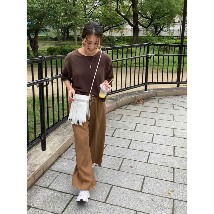【つる太パンツ+白スニーカーで大人カジュアルなお散歩コーデ】_2