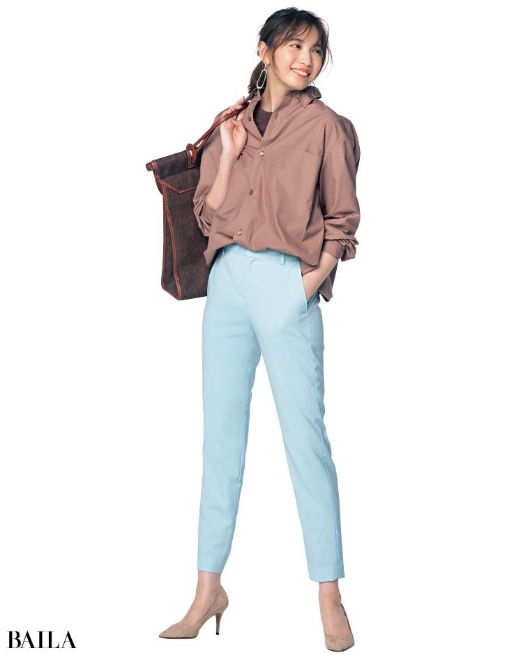 キレのいい淡ブルーパンツと温かみのあるブラウンシャツ