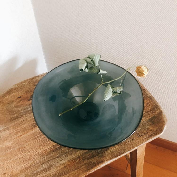 【エディターのおうち私物#22】花も料理も素敵に見える、スモークブルーのガラスの器_3