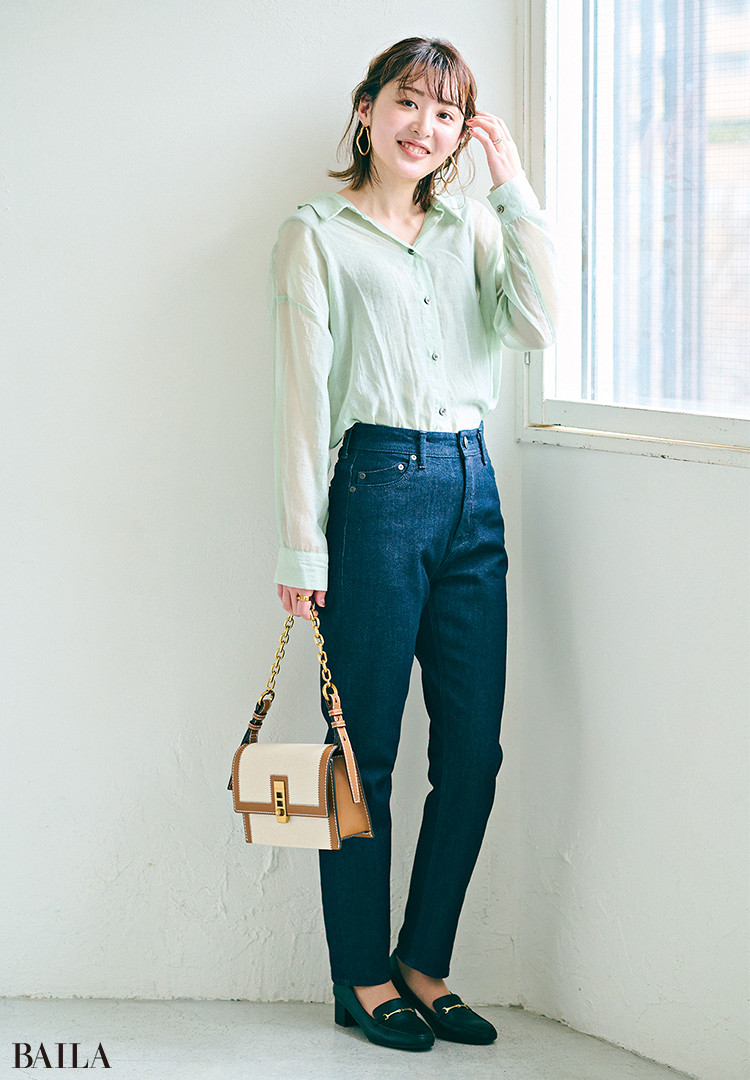 中島真亜沙さん  「気になる太ももをカバ ーしつつ、全体はスッ キリ見える理想のシル エット。デニムが濃い 分、シアーシャツで軽 さを出しました」