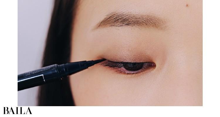 4.【目もと引力UPのために】まつげのすき間を埋める極細ラインを