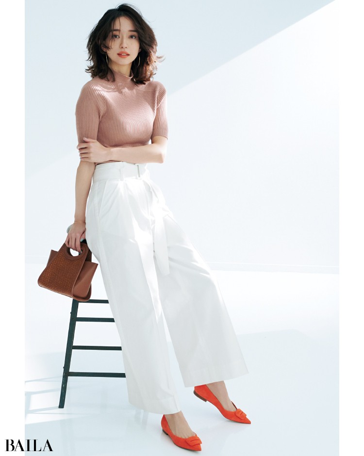 ペリーコのスエード素材のオレンジの靴のコーデの松島 花