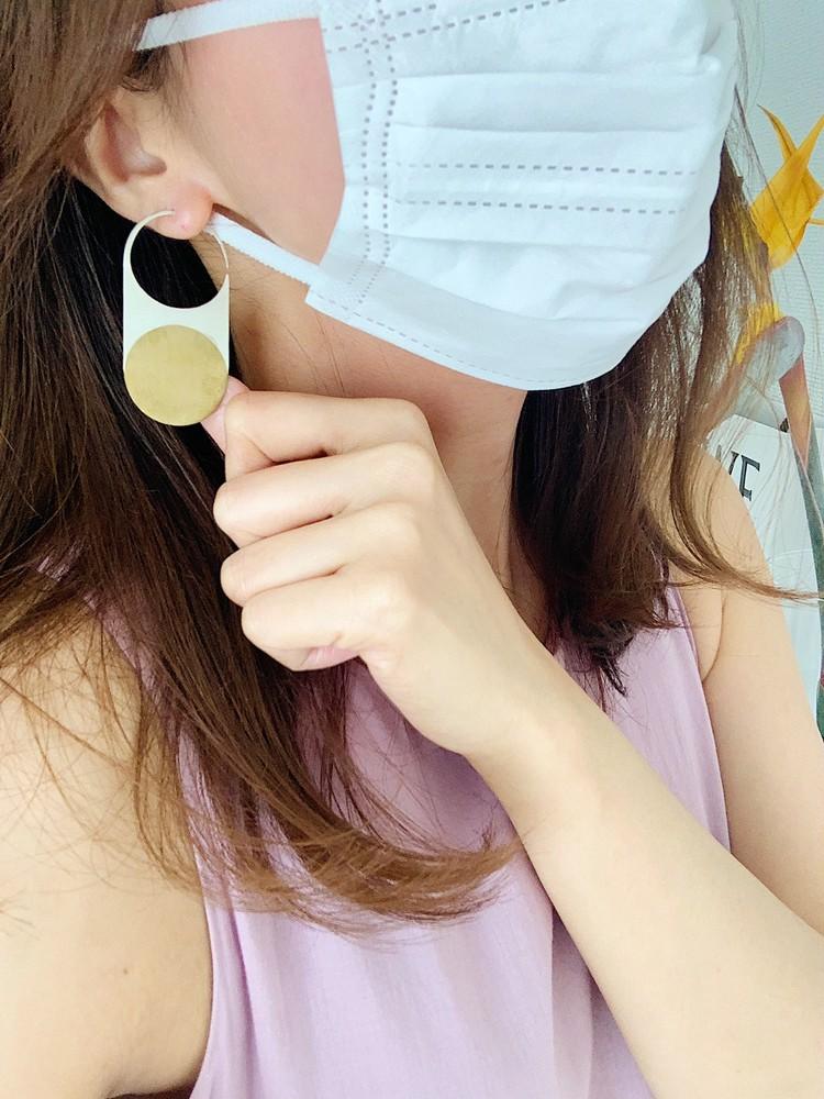 マスクの日の好印象コーデ キャッチーな大ぶりピアスでマスクから視線を外して