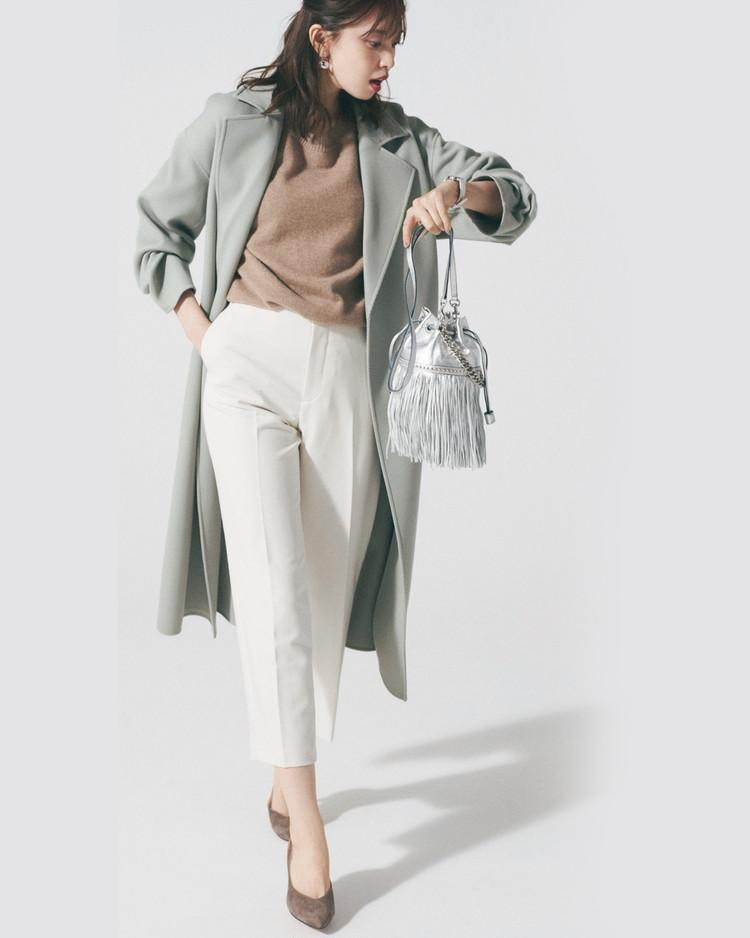 水曜日は、くすみ色コートに白パンツ、軽やかトーンで春らしさ先取り【30代今日のコーデ】