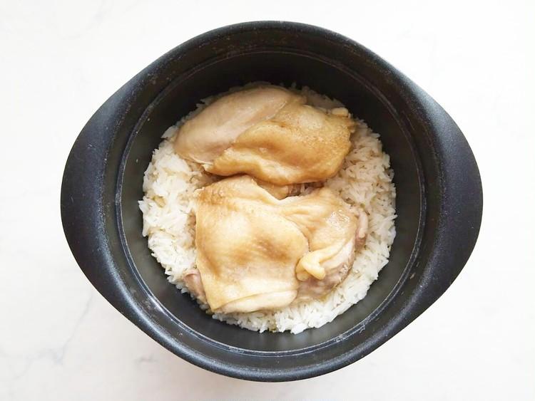 炊き上がった鶏肉とジャスミン米