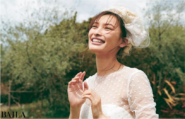 《写真に映える野外ウエディング》 自然光にはジュエリーの輝きよりヘッドドレスのボリュームが華やかに映える