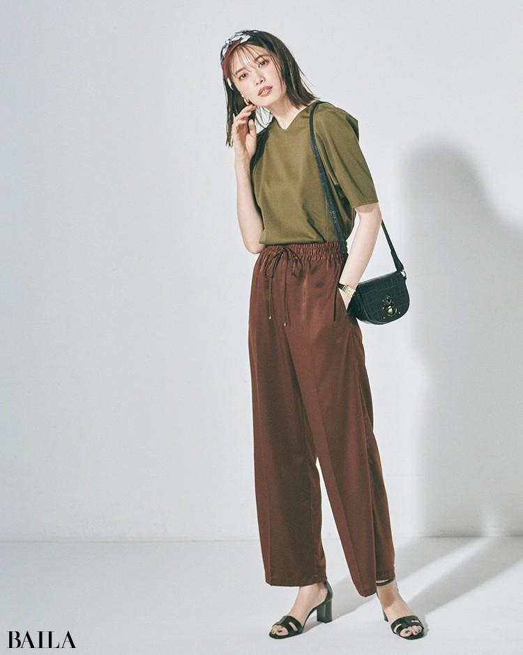 秋色トップスと着るなら小物で女らしさを盛って軽やかにアレンジ