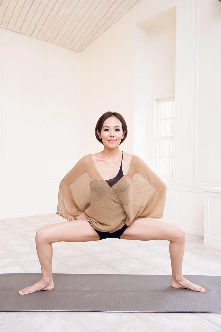 ②さらに足を大きく開いて、まっすぐ腰を下ろす。