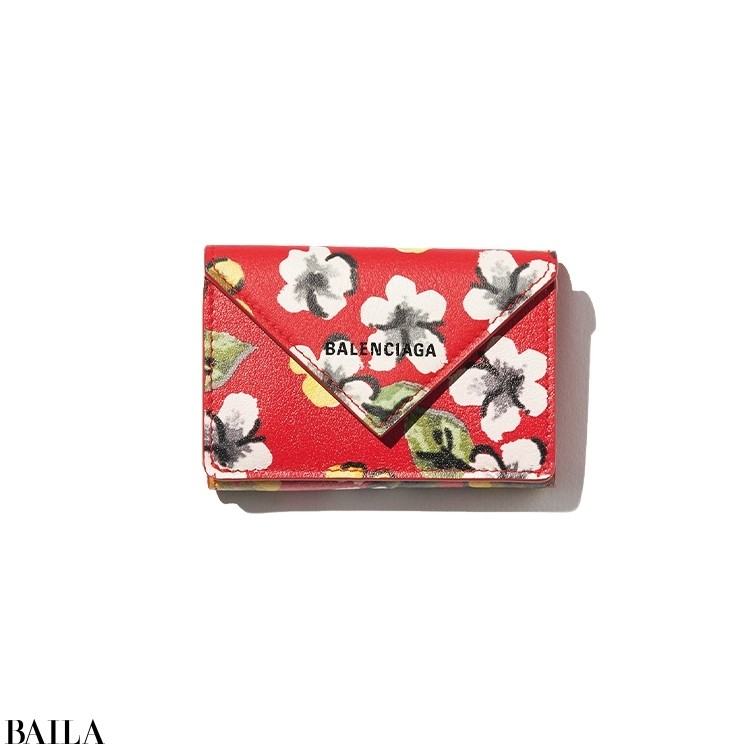ミニウォレットの火つけ役「ペーパー」ラインの新作は、遊び心満点の花柄! 独立したコインケース、3つのカードスロットと使いやすさも◎。「テンション高めな色と柄が最高。毎日持ち歩くものこそご機嫌になれるものを」。財布「ペーパー ミニウォレット」(7×10×3)¥57200/バレンシアガクライアントサービス(バレンシアガ)☎0120-992-136