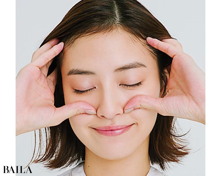 小鼻横に親指を置き、残りの四指を側頭部に当てる
