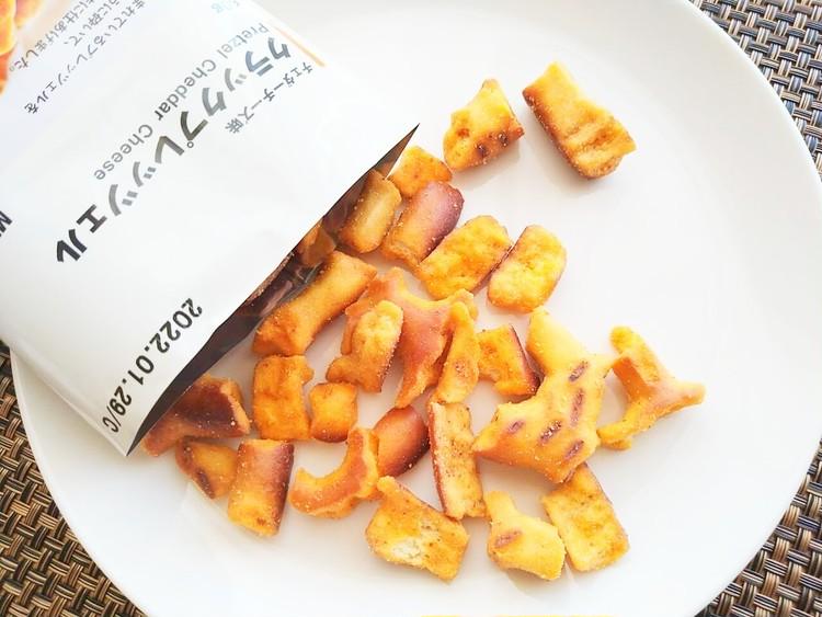 袋から出したチェダーチーズ味クラックプレッツェル