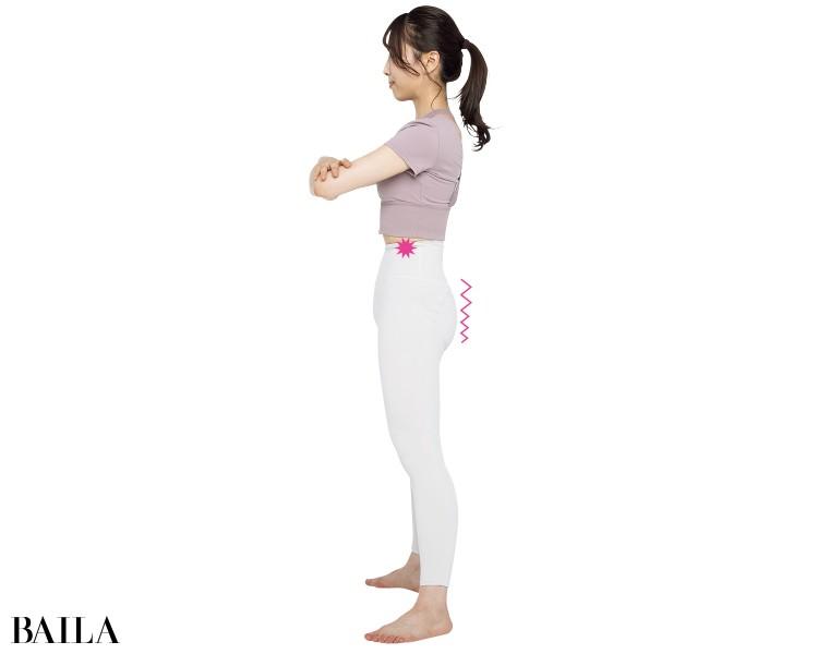 骨盤を後ろに傾けながらひざを伸ばしきらずに立つ