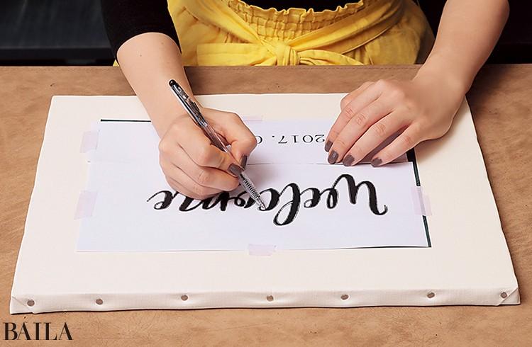 1キャンバスの上にカーボン紙とフリーフォントを印刷 した紙を重ね、文字のアウトラインをペンでなぞる