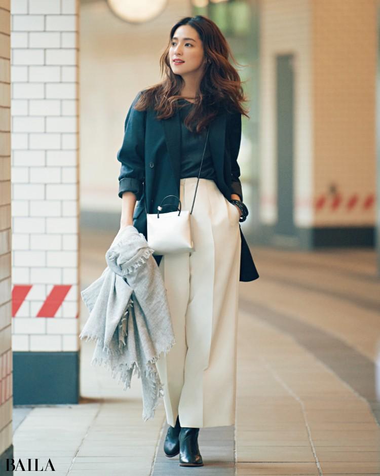 黒のジャケットと白のパンツコーデの中村アン