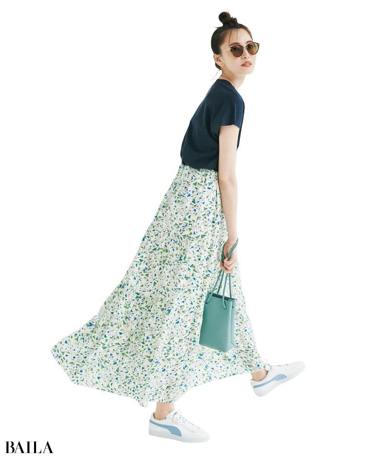 サクラのスカートとTシャツコーデの宮田聡子