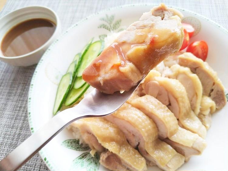 フォークに乗せたカオマンガイの鶏もも肉