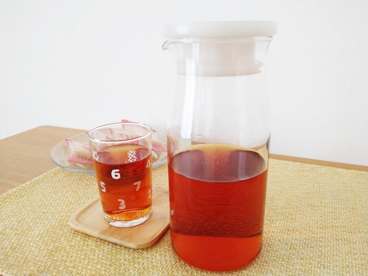 紅茶を入れたガラスピッチャー