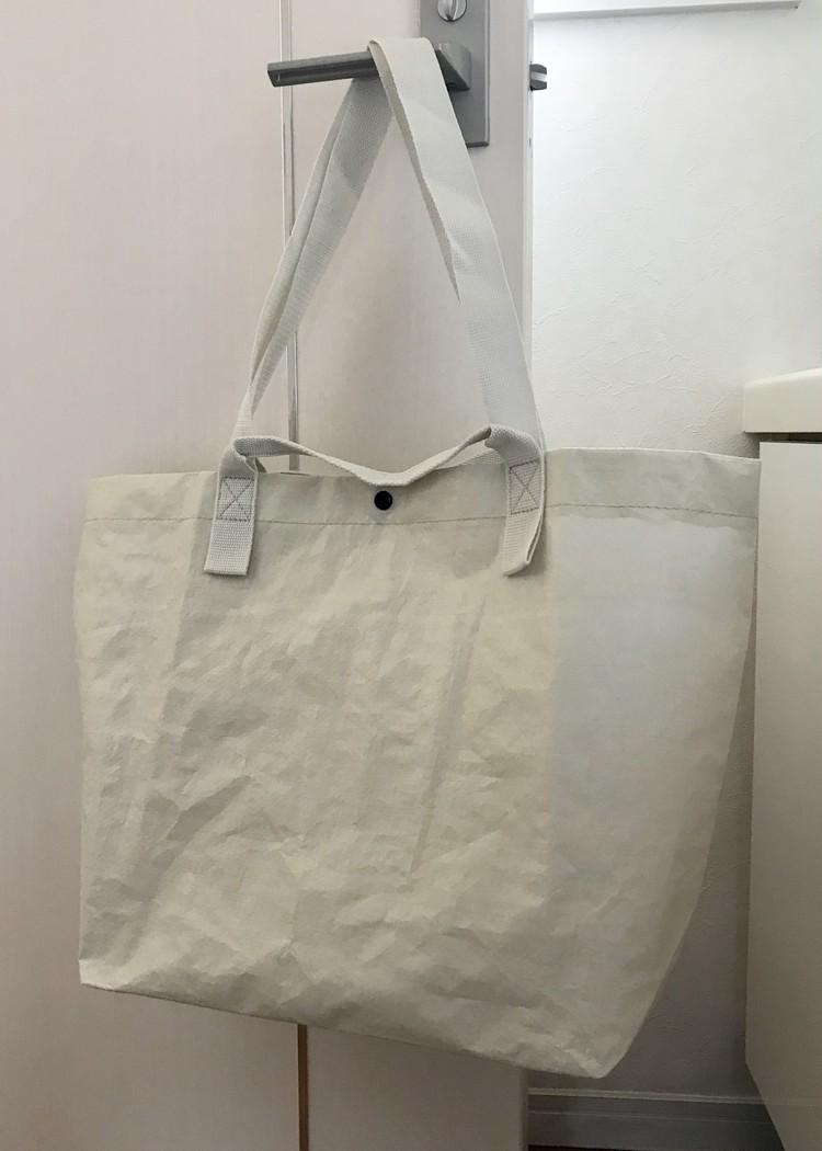 軽く丈夫で雨にも強い、無印良品のポリエチレンシート・トートバッグ(¥499)