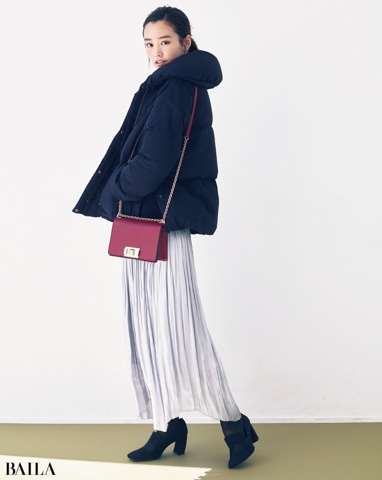 ボリューミーなコートを、効かせ色のショルダーバッグですっきり見せ