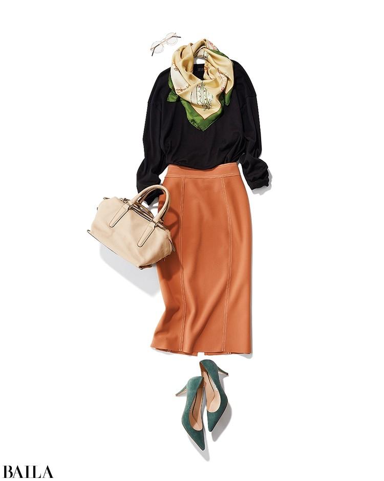 黒ニット×オレンジタイトの華やかスタイル
