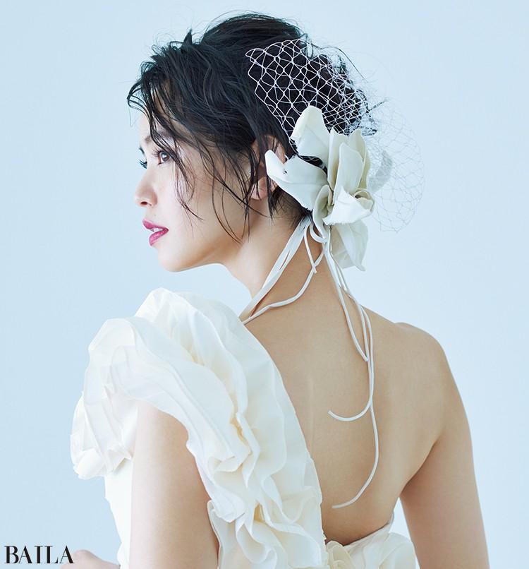ドレス(セミオーダー)¥344000・(レンタル)¥258000・フェイスベール¥5000/ウーアンジュ ヘッドドレス¥21000/カシラ ショールーム(カシラ ブライダル) ピアス/モデル私物