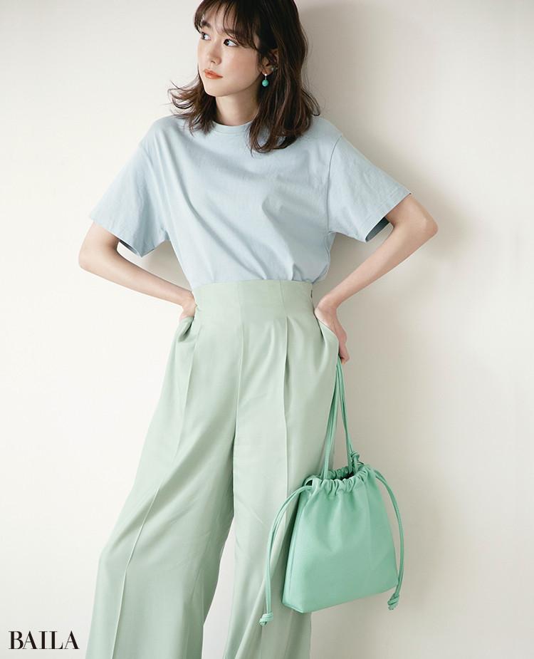 ライトブルーTシャツは涼しげな「色×色」でクリーンな女らしさを