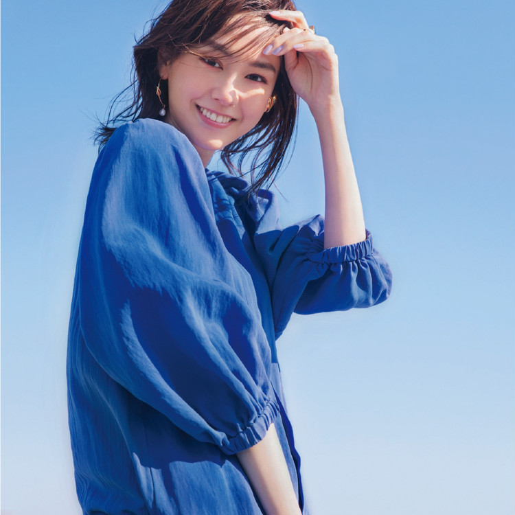 金曜日は、青空みたいなブルーワンピで春フェミニンを満喫!【30代今日のコーデ】