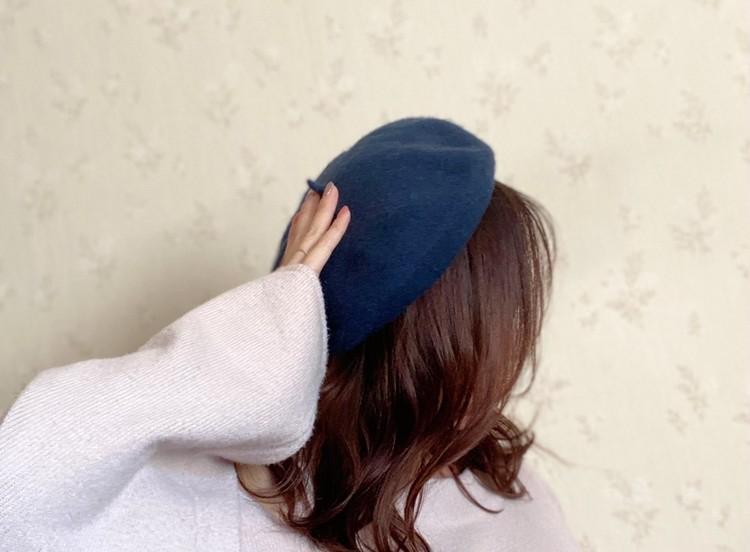 ベレー帽のかぶり方3 後頭部あたりを手で抑えながらずらす