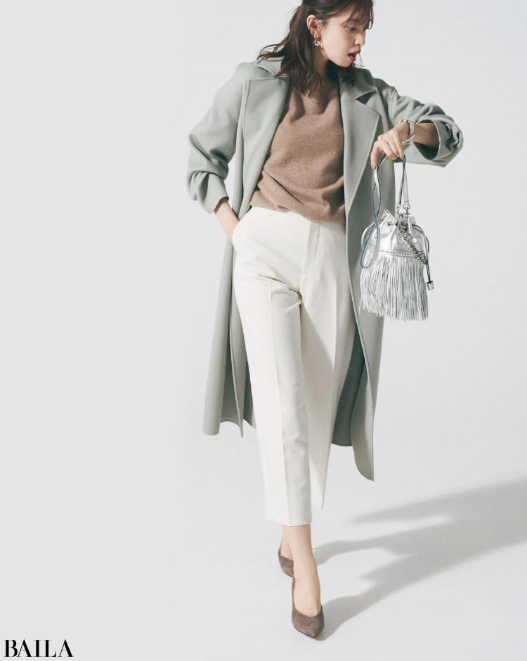 くすみ色コートに白パンツ。軽やかなトーンが春らしさを盛り上げて