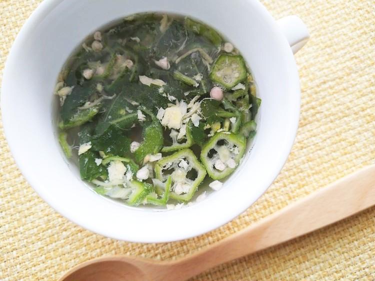お湯を注いだオクラ入りねばねば野菜のスープ