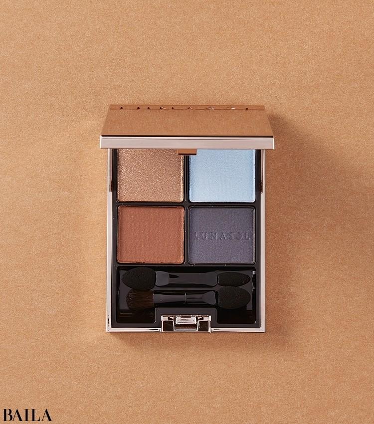 質感が異なる4色のアイカラーが境界なくシームレスにつながり、印象的な目もとに。ルナソル アイカラーレーション 新2種(写真はEX15)¥6820/カネボウ化粧品(限定品)