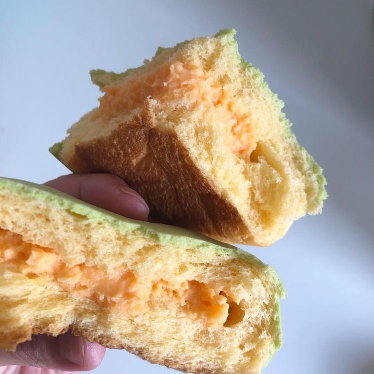 ファミマで見つけたメロンクリーム入りのメロンパン♡_2