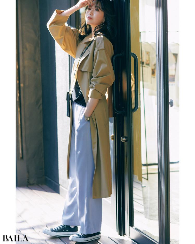 La boutique BonBon《ラブティックボンボン》のライトブルーのパンツとトレンチのコーデ