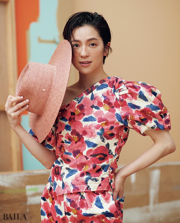 中村アン トップス¥462000・パンツ¥490600/イザベル マラン 帽子¥30800/ヘレンカミンスキー ギンザシックス店(ヘレンカミンスキー)