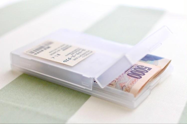 お金を入れたカードケースの写真