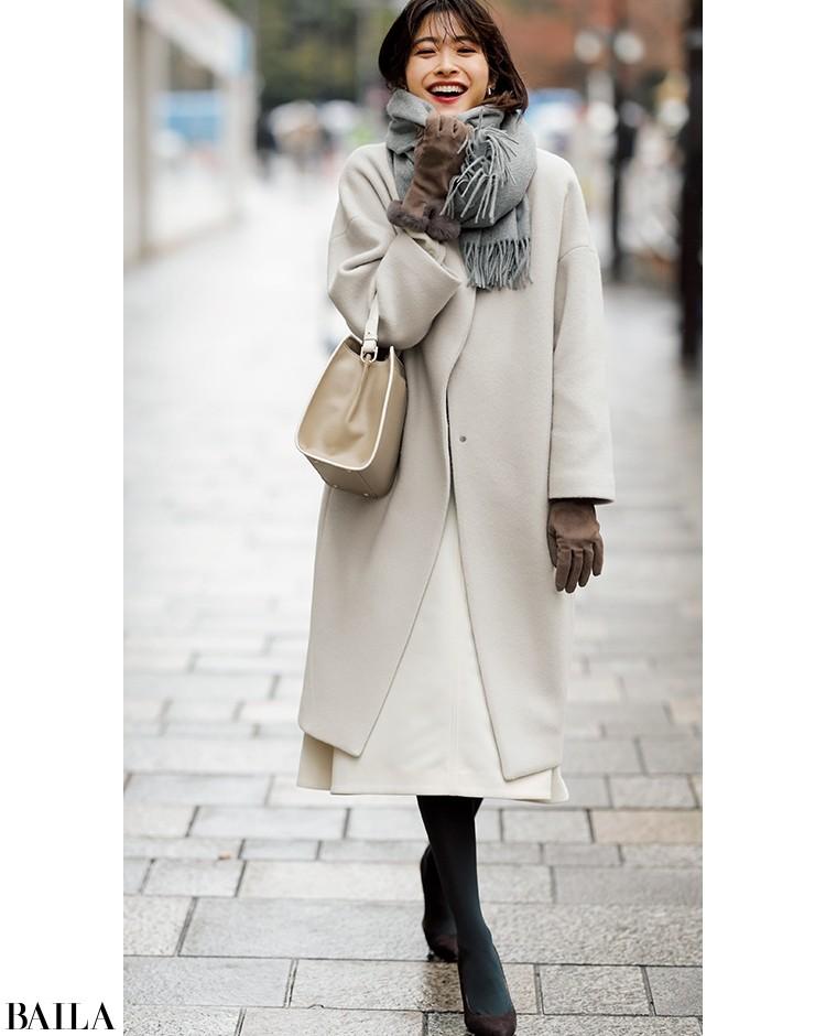 泡色トーンのコーデは、白スカートで抜け感を意識