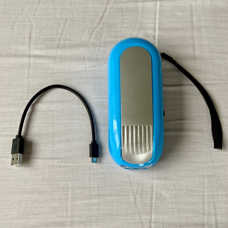 しまむらの防災ベスト 手回し充電式スマホバッテリー LEDライト チャージャーつきダイナモライト