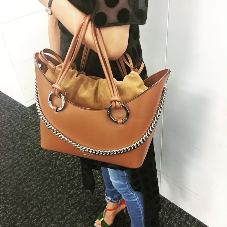 キャサリン妃も愛用【メリメロ】のバッグは持ち方が新しい!_2_3